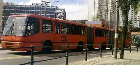 Curitiba, ônibus biarticulado no Passeio Público