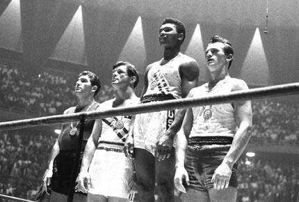 Clay no pódio olímpico, aos 18 anos