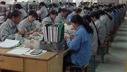 Chineses trabalhando em fábrica
